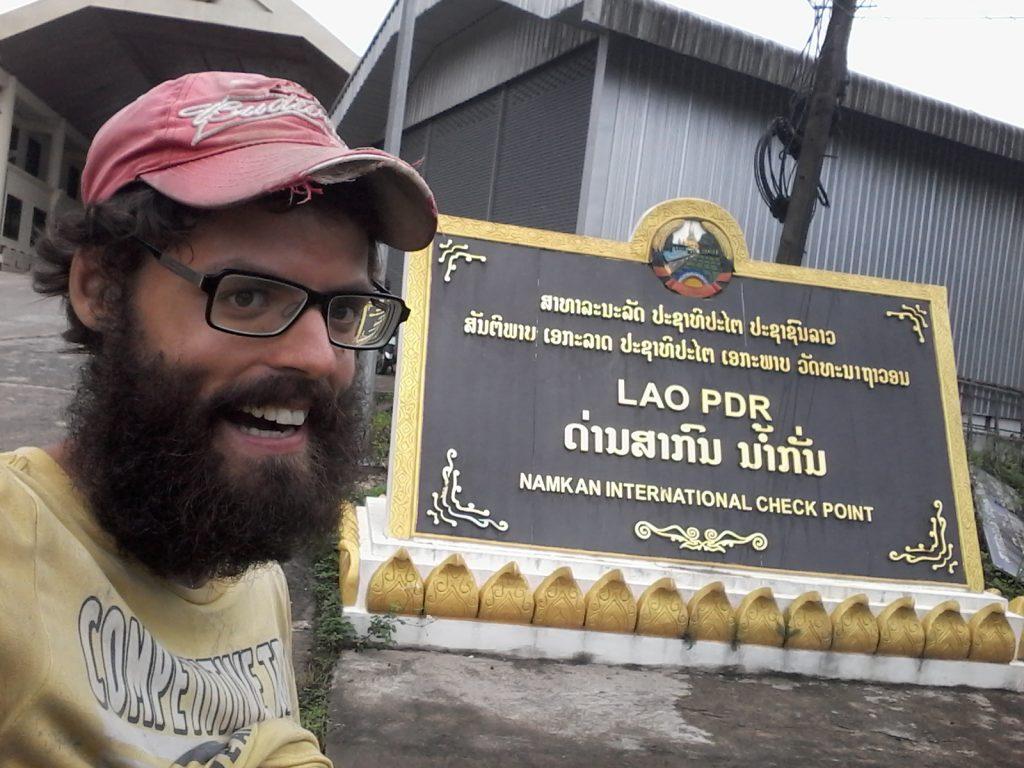 Vietnam laos frontière bus