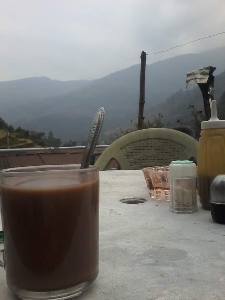 Chocolat chaud terrasse népal dans les montagnes