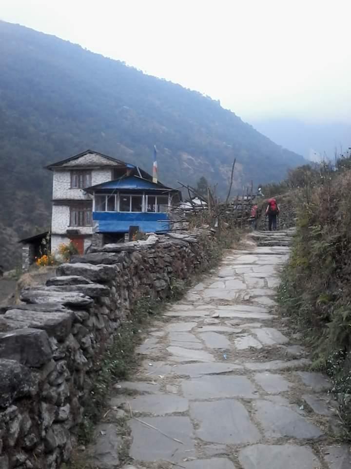 Chemin dans les montagnes du népal